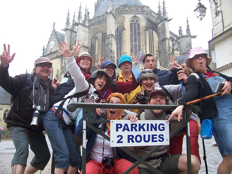 Grand maximum collectif de comédiens / Sebastian Lazennec théâtre de rue / Les Touristes