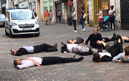 Grand maximum collectif de comédiens / Sebastian Lazennec théâtre de rue / Perturbation urbaine
