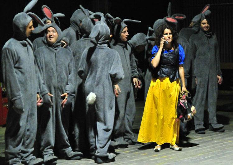 Grand maximum collectif de comédiens / Sebastian Lazennec / Théâtre contemporain elevé en plein air / Küülikud